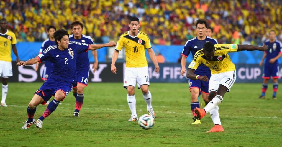 Colombiano Jackson Martinez finaliza e marca o segundo contra o Japão, na Arena Pantanal