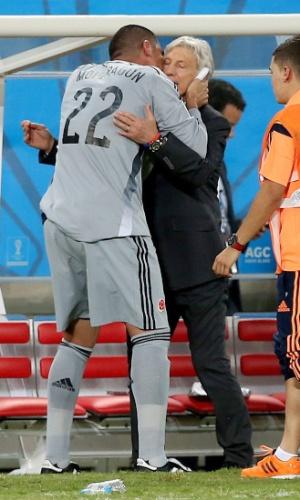 24.jun.2014 - Colombiano Mondragon beija o técnico José Pekerman na partida contra o Japão. Mondragon se tornou o jogador mais velho a atuar em uma Copa do Mundo
