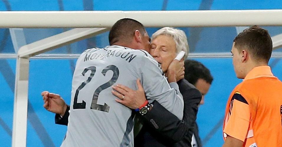 Colombiano Mondragon beija o técnico José Pekerman na partida contra o Japão. Mondragon se tornou o jogador mais velho a atuar em uma Copa do Mundo