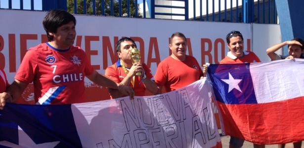 Adversários do Brasil nas oitavas, chilenos levam taça à concentração da seleção, em BH