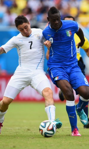 Cristian Rodriguez, do Uruguai, e o italiano Mario Balotelli brigam pela bola em Natal - 24/06/2014