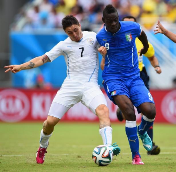 Cristian Rodriguez, do Uruguai, e o italiano Mario Balotelli brigam pela bola em Natal