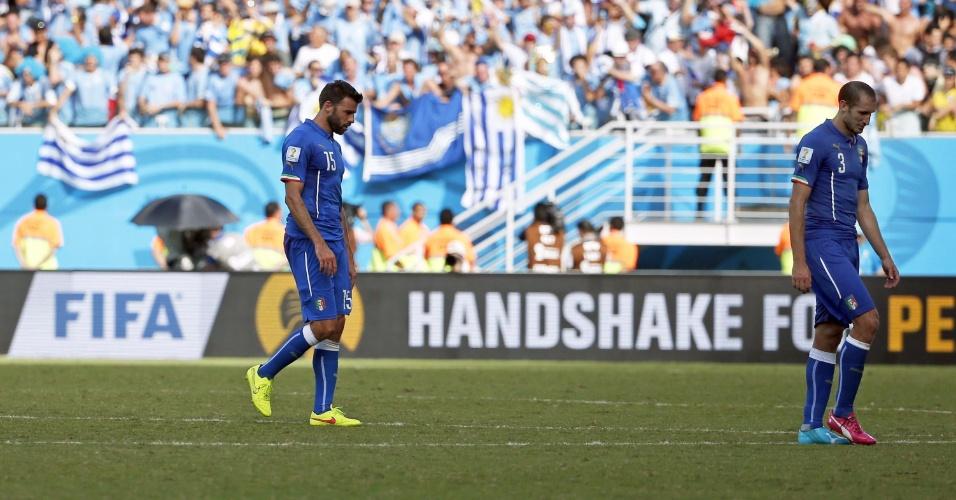 Da esq. para dir., Matteo Darmian, Andrea Barzagli e Giorgio Chiellini deixam o gramado da Arena das Dunas após eliminação para o Uruguai na Copa