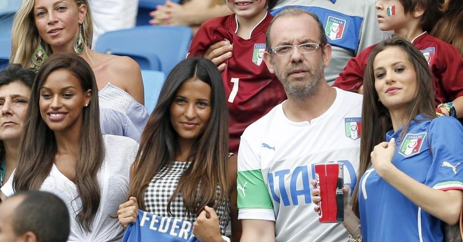 Da esquerda para a direita, Fanny Neguesha, noiva de Balotelli, Federica Riccardi, namorada de Cerci, e Valentina Abate, esposa de Abate, posam para foto