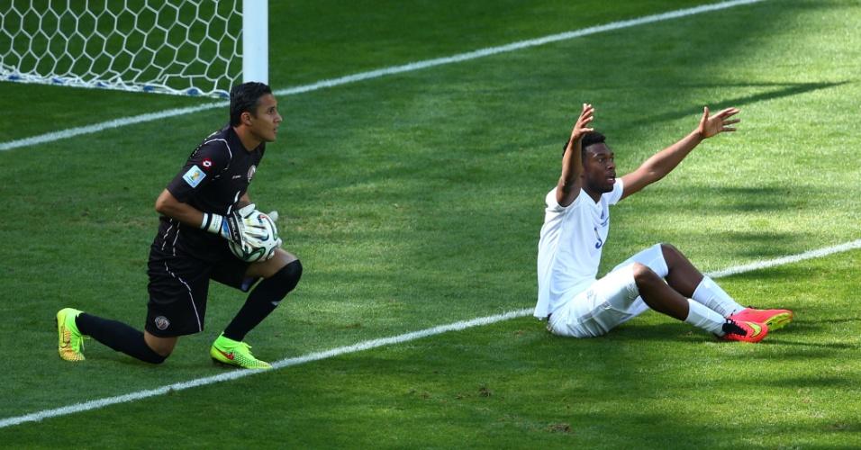 Daniel Sturridge, da Inglaterra, fica no chão e pede pênalti no primeiro tempo contra a Costa Rica
