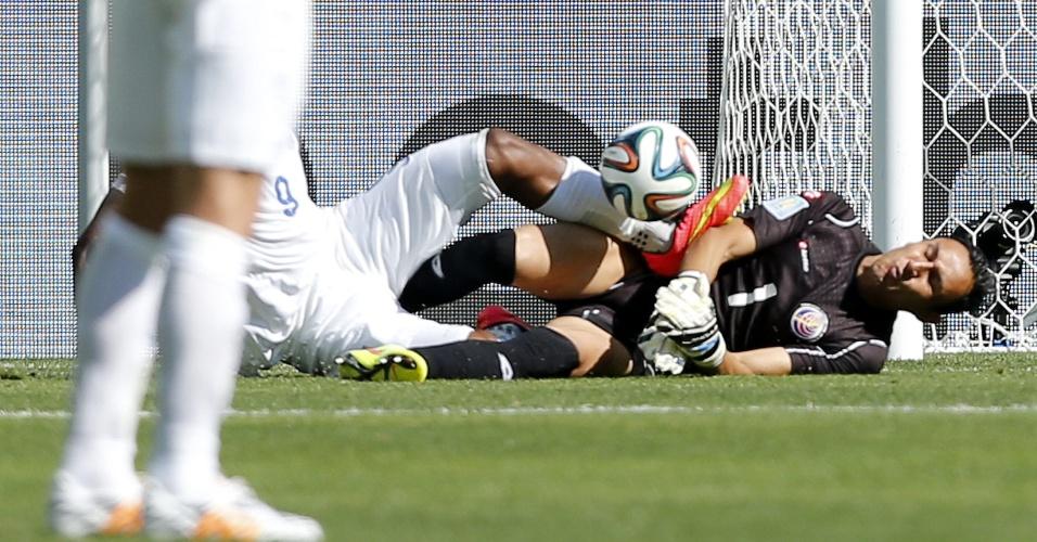 Daniel Sturridge, da Inglaterra, pisa no goleiro Navas durante disputa de bola na área da Costa Rica