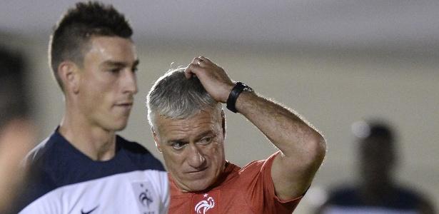 Didier Deschamps, técnico da França, coça a cabeça durante treino no Engenhão, no Rio de Janeiro