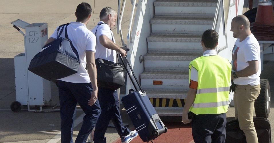 Didier Deschamps, treinador da França, embarca no avião no aeroporto de Ribeirão Preto com destino ao Rio de Janeiro para o jogo contra o Equador