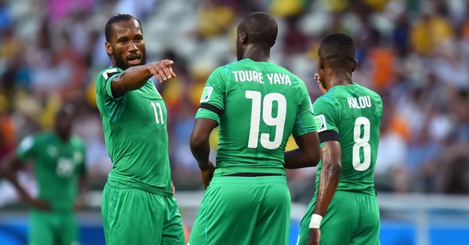 Didier Drogba conversa com Yaya Touré durante a derrota da Costa do Marfim para a Grécia