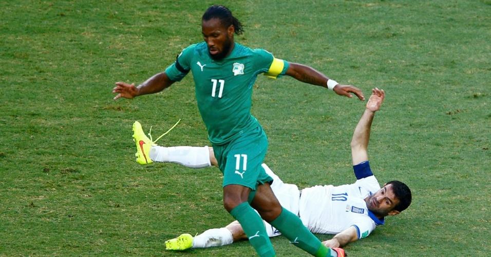 Didier Drogba deixa zagueiro da Grécia no chão após jogada