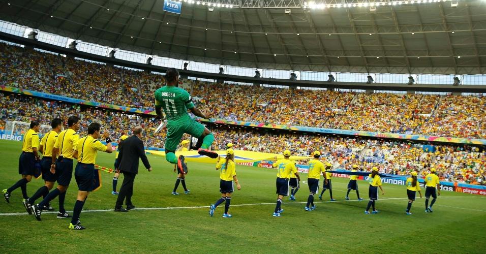 Didier Drogba pula na entrada das equipes de Costa do Marfim e Grécia em campo