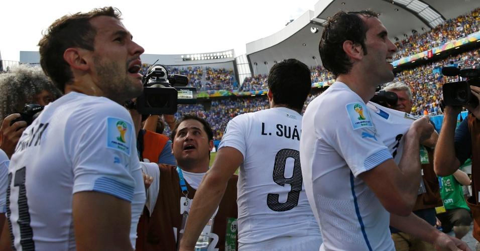 Diego Godin, do Uruguai, celebra após marcar gol contra a Itália, em partida na Arena das Dunas