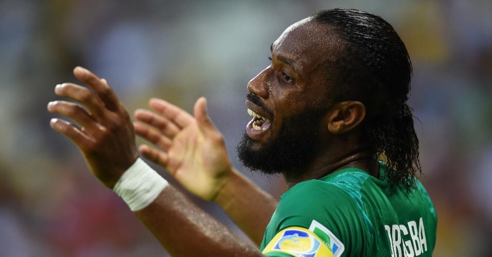 Drogba reclama com o árbitro durante partida entre Costa do Marfim e Grécia