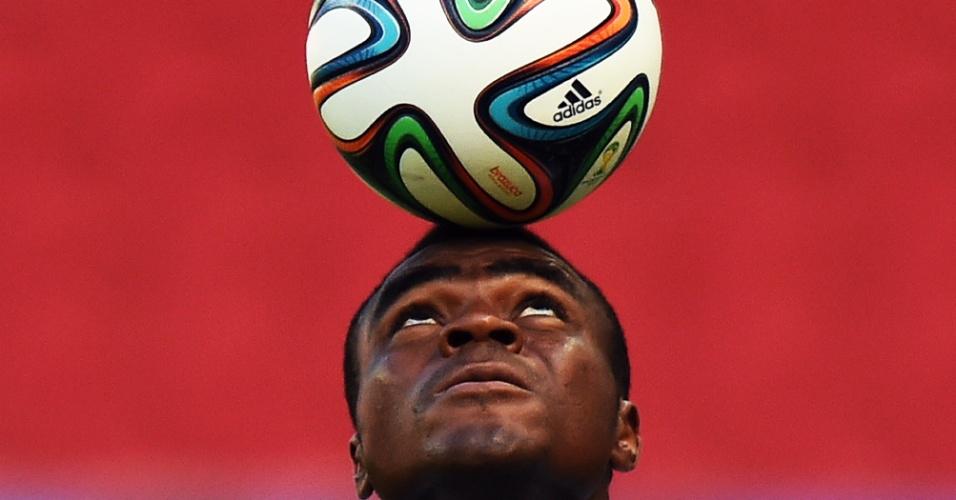 Emmanuel Emenike equilibra a bola na cabeça durante treinamento da Nigéria, no Beira-Rio, palco do jogo contra a Argentina nesta quarta-feira