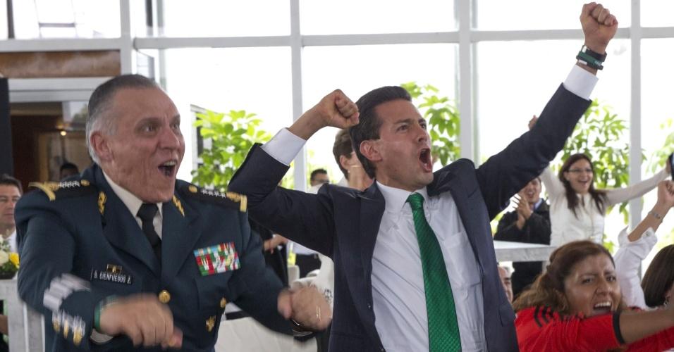 Enrique Peña Nieto (dir.), presidente do México, comemora gol do México na partida contra a Croácia na Copa do Mundo