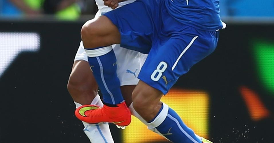 Falta de Marchisio em Arevalo Rios. O italiano foi expulso pela jogada - 24/06/2014
