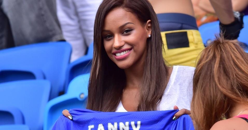 Fanny Neguesha, namorada de Mario Balotelli, segura uma camisa da seleção italiana a partir das tribunas da Arena da Dunas, em Natal