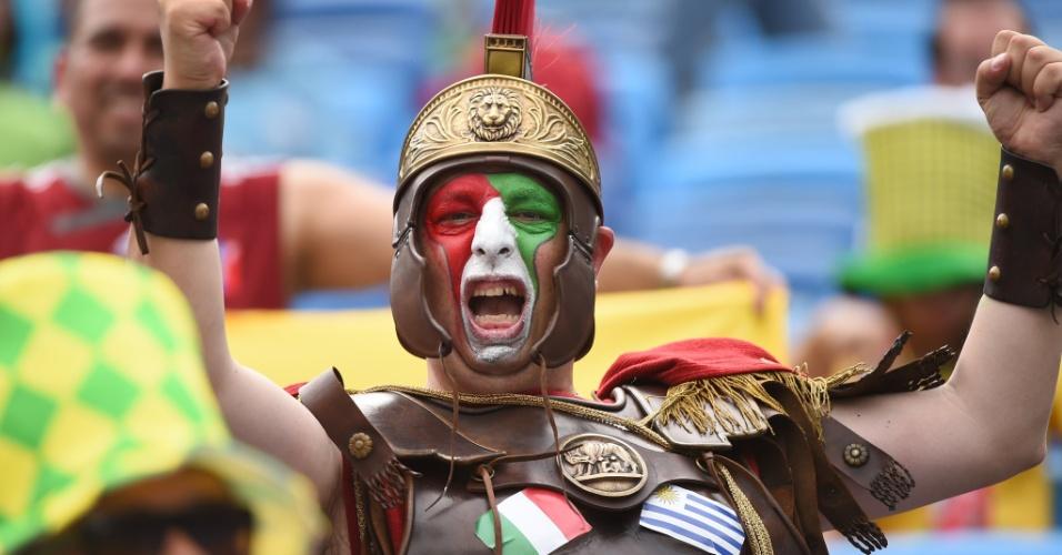 Fantasiado de gladiador, italiano vai à Arena das Dunas para o jogo contra o Uruguai