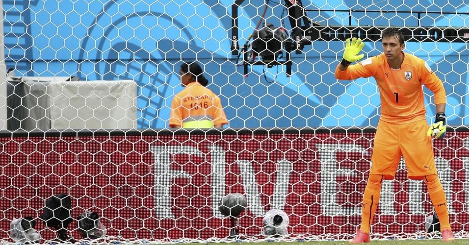 Fernando Muslera, do Uruguai, orienta barreira durante lance da partida contra a Itália, em Natal
