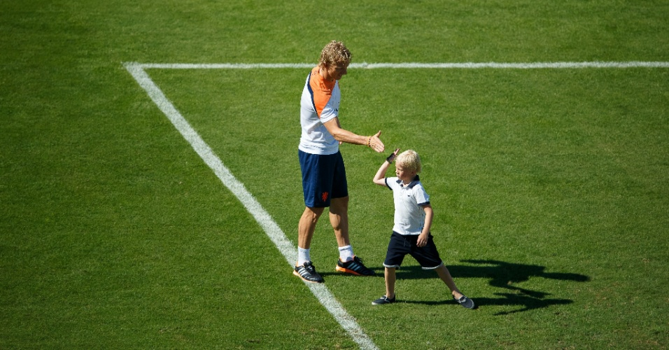 Filho do jogador Kuyt, da seleção da Holanda, aproveitou treino descontraído para jogar bola no gramado da Gávea