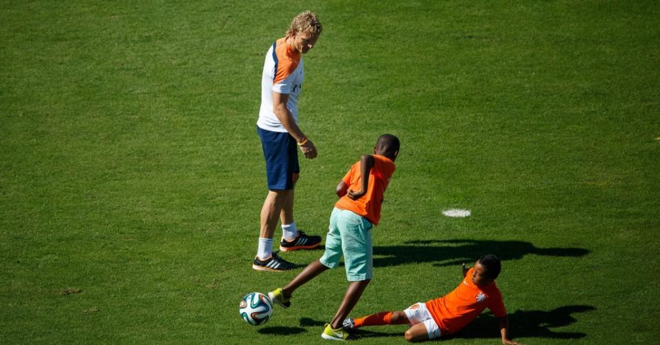 Filhos dos jogadores da seleção da Holanda aproveitaram treino descontraído para jogar bola no gramado da Gávea
