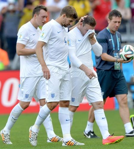 Gerrard consola Rooney - os veteranos entraram em campo no segundo tempo, mas não melhoraram a despedida da Inglaterra. O jogo contra a Costa Rica acabou em 0 a 0