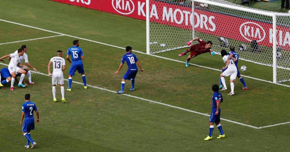 Gianluigi Buffon, da Itália, não consegue defender cabeçada de Diego Godin, do Uruguai