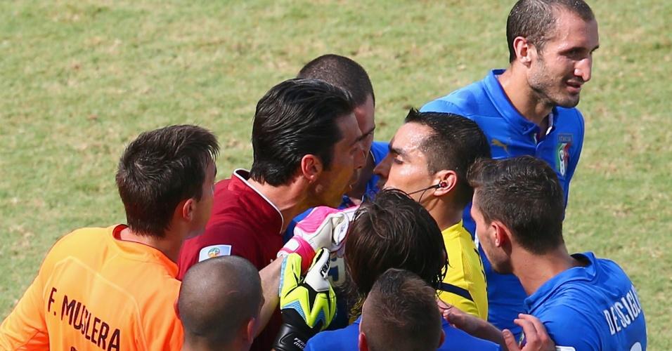 Gianluigi Buffon, da Itália, reclama com árbitro Marco Rodriguez por expulsão de Claudio Marchisio durante jogo contra o Uruguai