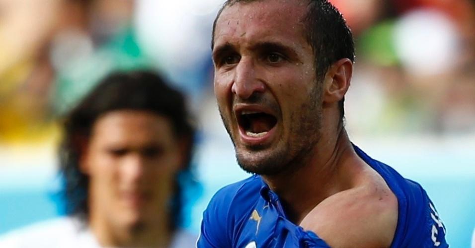 Giorgio Chiellini, da Itália, mostra marca de mordida de Luis Suarez, do Uruguai, em partida na Arena das Dunas