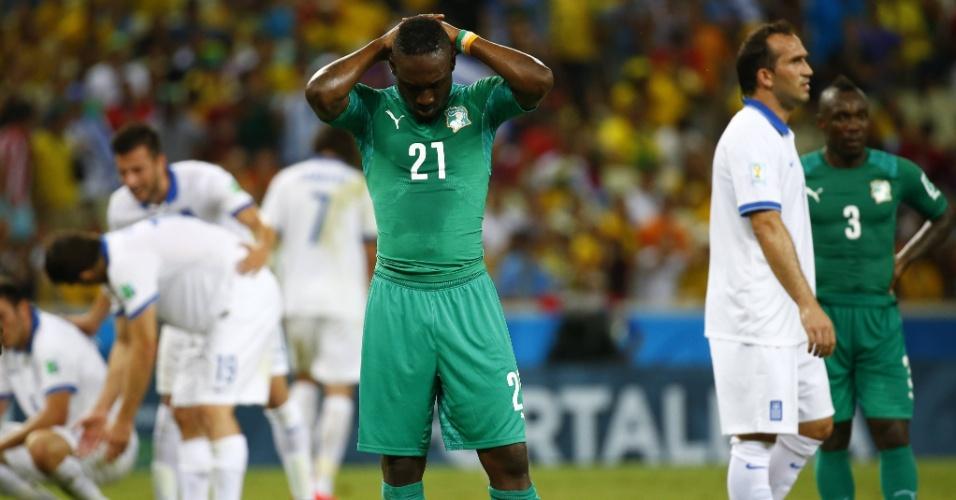 Giovanni Sio leva as mãos à cabeça após a derrota da Costa do Marfim para a Grécia