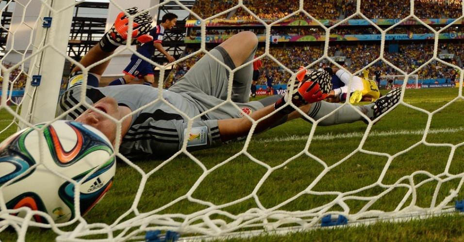 24.jun.2014 - Goleiro colombiano David Ospina vai parar no fundo da rede depois do único gol japonês na vitória por 4 a 1 da Colômbia na Arena Pantanal