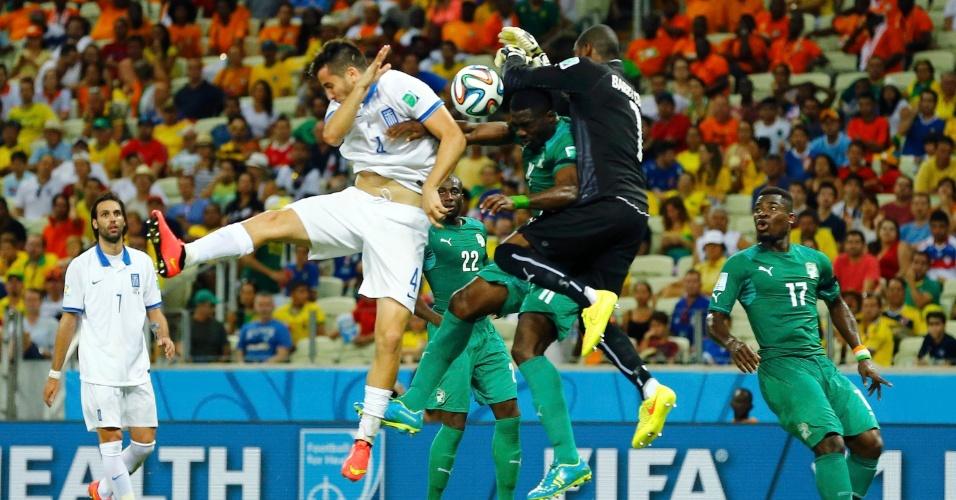 Goleiro da Costa do Marfim Boubacar Barry soca a bola para afastar o perigo em ataque da Grécia