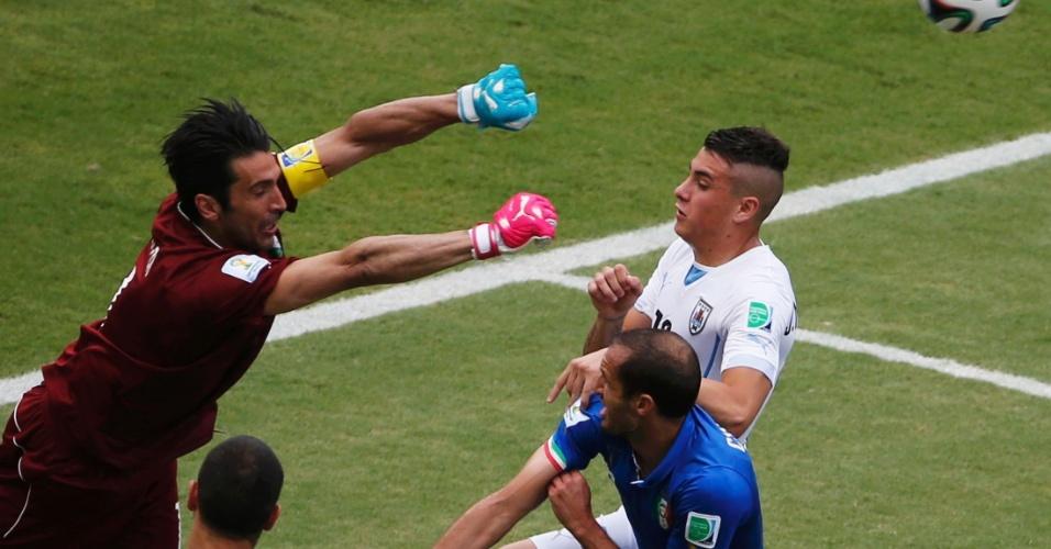 Goleiro Gianluigi Buffon, da Itália, afasta bola da pequena área durante partida contra o Uruguai, na Arena das Dunas