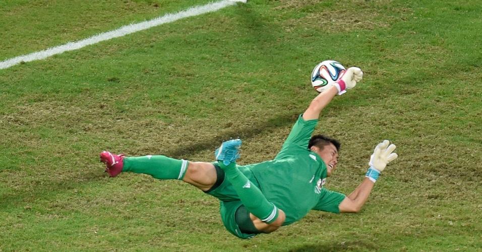 24.jun.2014 - Goleiro japonês Eiji Kawashima bem que tentou, mas não evitou a derrota para a Colômbia por 4 a 1 e a eliminação na primeira fase da Copa