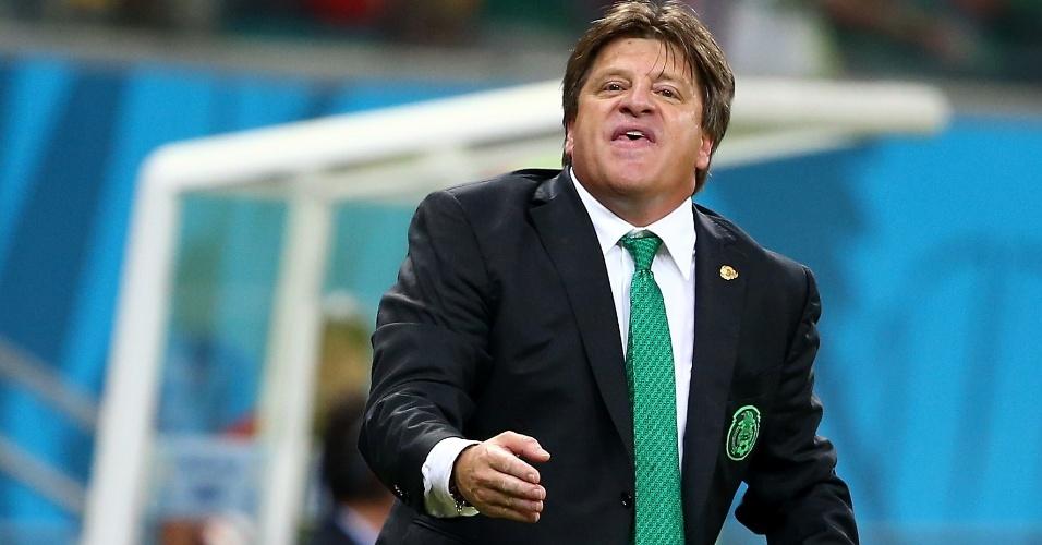 """""""Hei, você! Fiu!"""". Técnico mexicano Miguel Herrera assobia para seus comandados durante jogo do México na Copa. Com suas caras, bocas, selfies e comemorações exaltadas, ele virou um dos técnicos mais carismáticos da Copa. E com vaga garantida nas oitavas de final"""