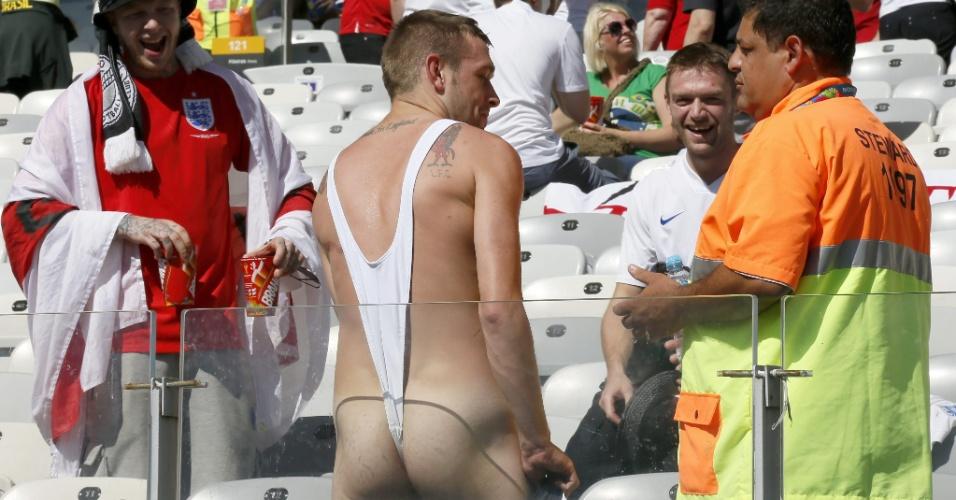Ingleses se divertem enquanto segurança tenta passar alguma orientação ao torcedor que usa uma vestimenta bem diferente