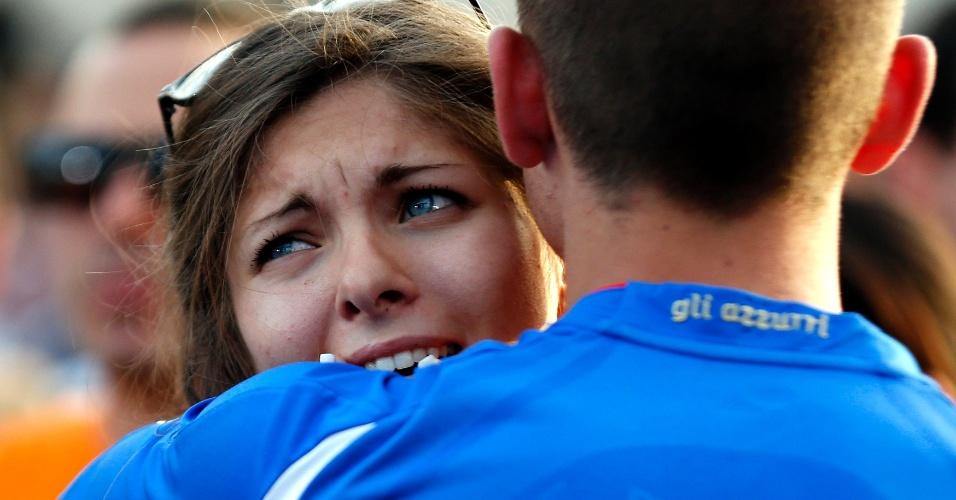 Italiana que assistiu ao jogo em Roma é consolada após a derrota para o Uruguai que eliminou os europeus da Copa do Mundo