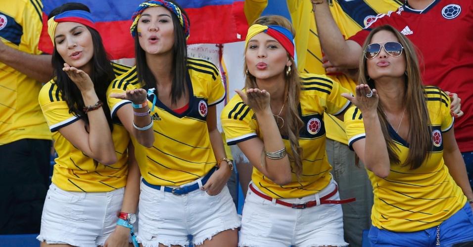 24.jun.2014 - Já na Arena Pantanal, torcedoras colombianas mandam beijo antes do jogo contra o Japão