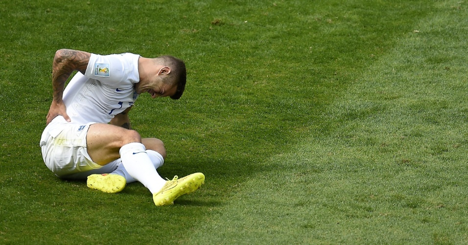 Jack Wilshere fica no chão sentindo dores após jogada no primeiro tempo contra a Costa Rica