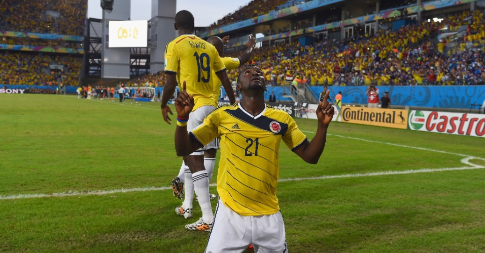 24.jun.2014 - Jackson Martinez fica ajoelhado no gramado da Arena Pantanal e comemora o gol marcado contra o Japão