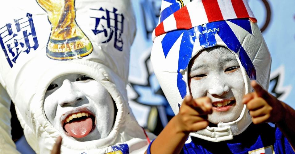 24.jun.2014 - Japoneses mostram criatividade na hora de torcer pela seleção na partida contra a Colômbia, na Arena Pantanal