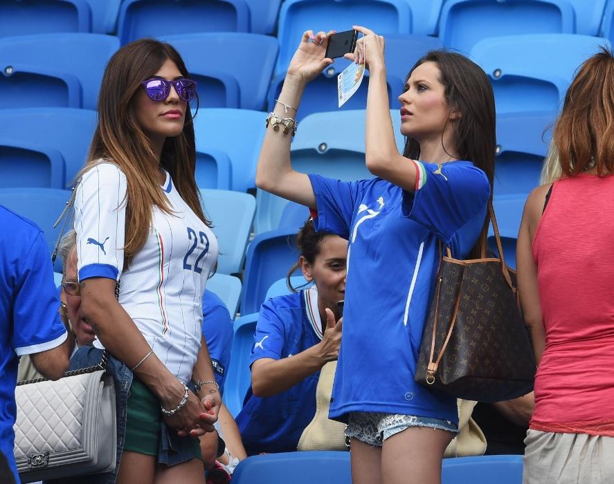 Jenny Darone, mulher do atacante Lorenzo Insigne, acompanha o jogo contra o Uruguai ao lado de Jessica, mulher de Ciro Immobile