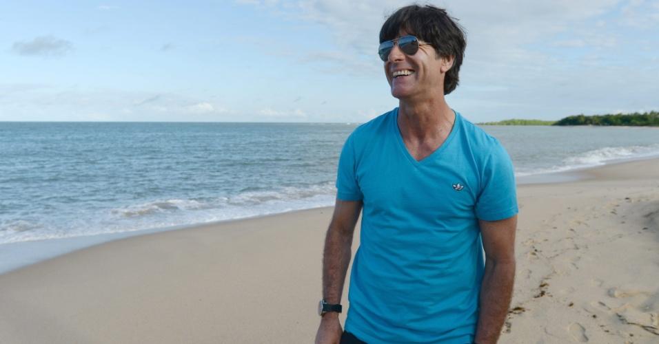 Joachim Löw, técnico da Alemanha, caminha por praia de Porto Seguro, na Bahia. Sua seleção volta a campo na próxima quinta para encarar os Estados Unidos, na Arena Pernambuco