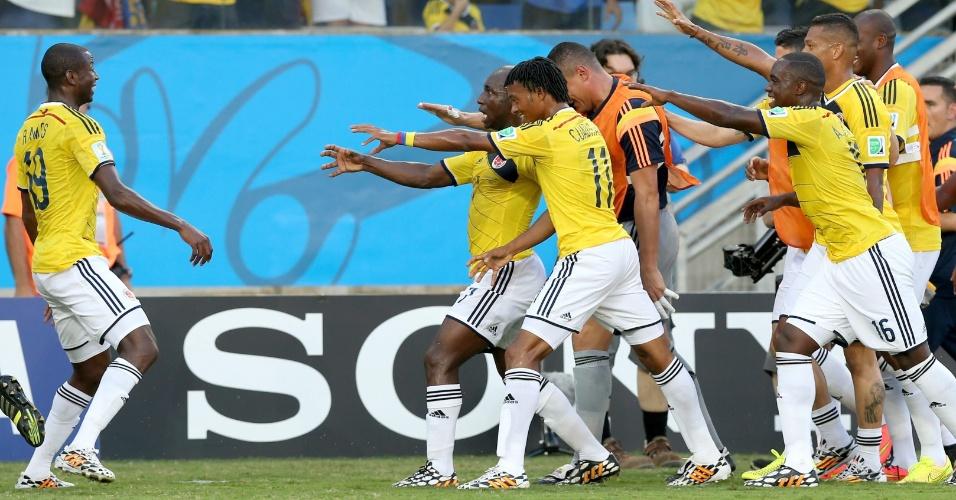 Jogadores da Colômbia fazem nova coreografia após Cuadrado abrir o placar contra o Japão, em Cuiabá