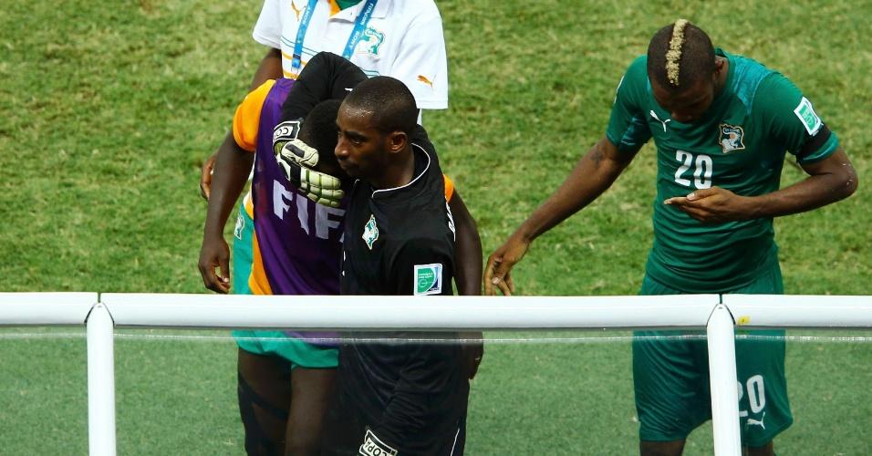 Jogadores da Costa do Marfim deixam o gramado do Castelão de cabeça baixa após derrota para a Grécia