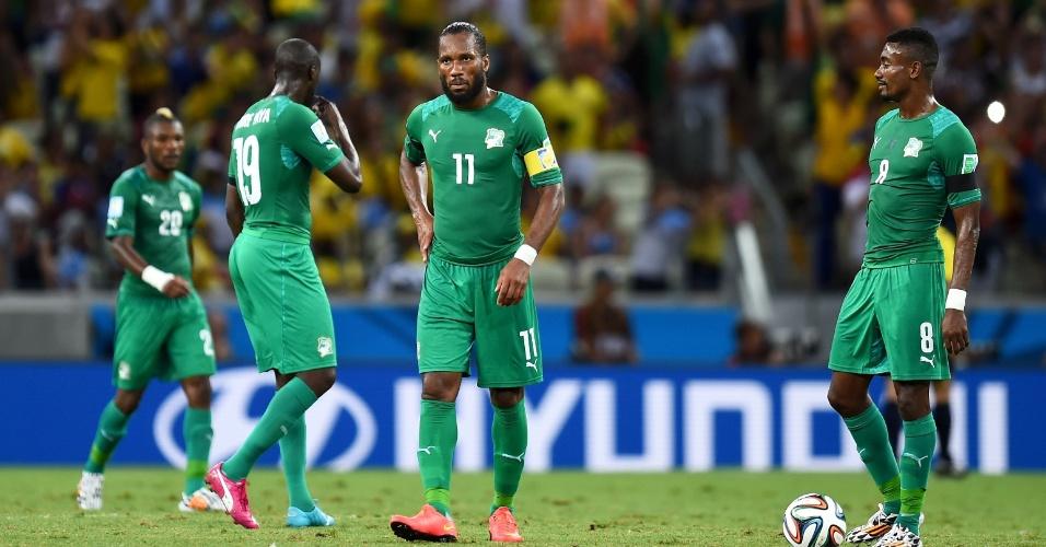 Jogadores da Costa do Marfim exibem abatimento após gol da Grécia