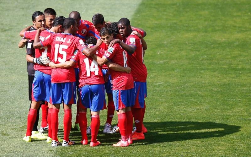 Jogadores da Costa Rica fazem corrente e trocam energias antes do apito inicial