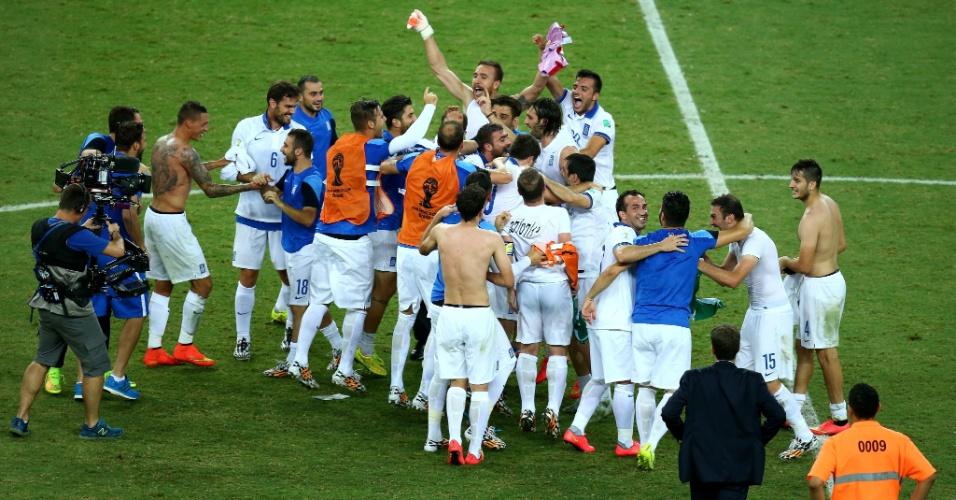 Jogadores da Grécia comemoram classificação para as oitavas de final da Copa