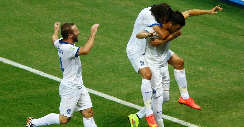 Jogadores da Grécia comemoram gol marcado contra a Costa do Marfim