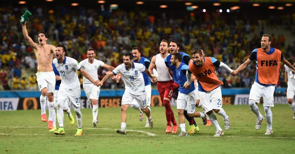 Jogadores da Grécia vibram após a equipe vencer a Costa do Marfim e garantir uma vaga nas oitavas de final da Copa